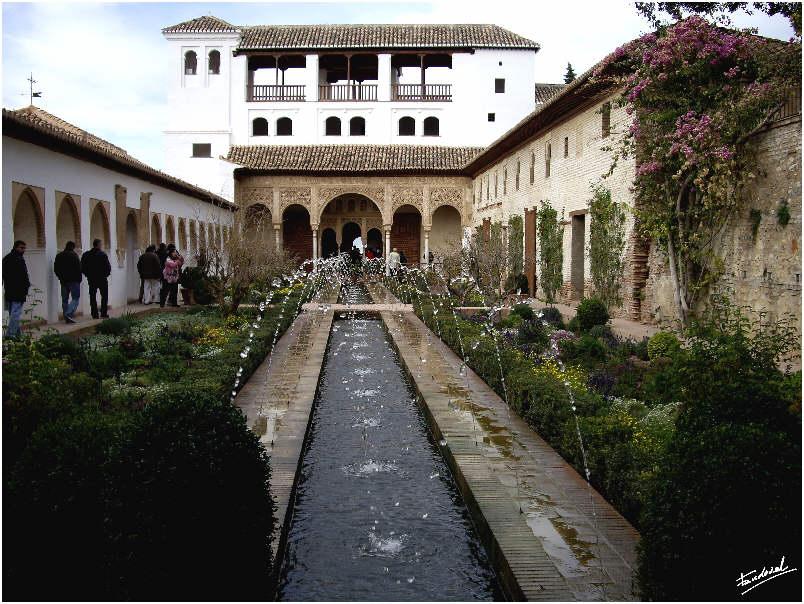 Patio de la Acequia Real con vista del pabellón norte del Palacio del Generalife.